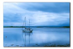 Zeilboot in blauwe uurtje