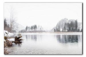 sneeuw en mist bij een bergmeertje